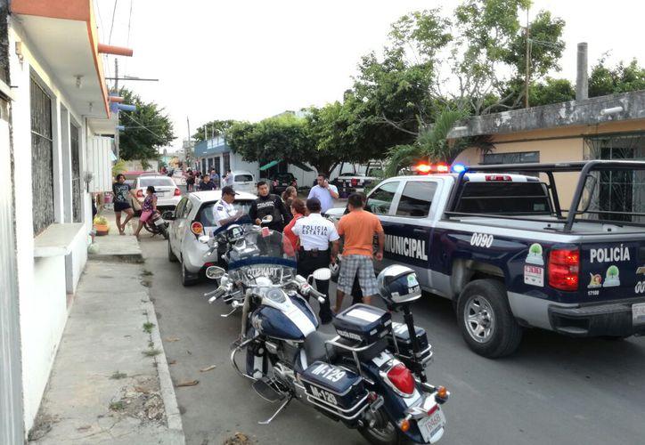 Policías Municipales se movilizaron en la zona para calmar a las personas enfurecidas. (Foto: Redacción)