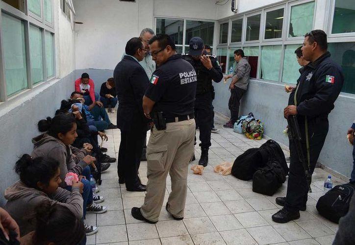 Durante su paso por México las personas que buscan llegar a EU son víctimas de diversos delitos como el secuestro, robo y extorsión. Migrantes centroamericanos interceptados en México camino a EU. (Archivo/EFE)