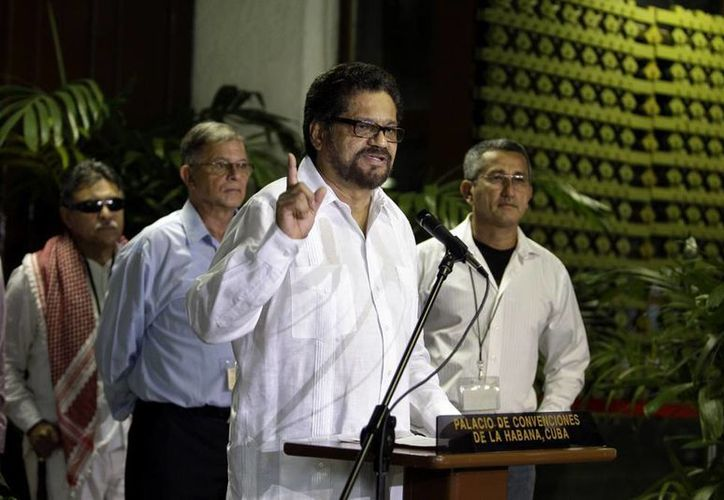 Iván Márquez, jefe del equipo negociador de las Fuerzas Armadas Revolucionarias de Colombia, FARC, habla con los periodistas durante la reanudación de las negociaciones de paz en La Habana, Cuba. (Agencias)