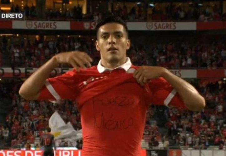 Raúl Jiménez no desaprovechó su festejo de gol para mandarle 'Fuerza a México'. (Twitter).