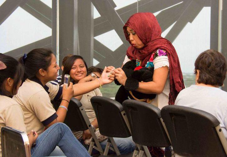 Mediante una ingeniosa puesta, Gilma Tuyub logró que los estudiantes progreseños estuvieran más que atentos al montaje. (Cortesía)