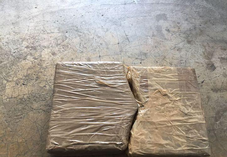 Les fueron encontrados dos paquetes con polvo blanco con las características de la cocaína. (Redacción/ SIPSE)