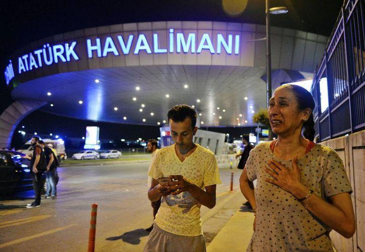 El Estado Islámico no se ha adjudicado la responsabilidad del atentado que dejó decenas de muertos en el Aeropuerto de Estambul, la capital turca. (AP)