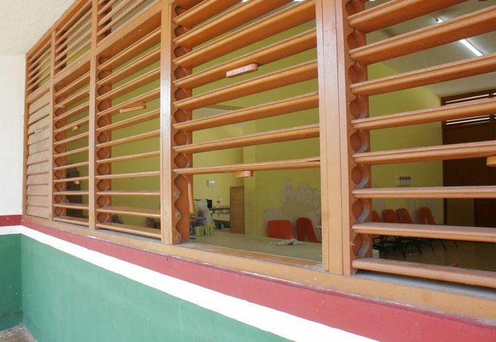 Los ladrones rompieron las ventanas de madera para realizar el hurto. (Harold Alcocer/SIPSE)