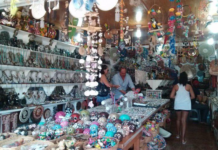 Las tiendas de artesanías, restaurantes y demás negocios del centro de Tulum experimentan un repunte en sus ventas. (Rossy López/SIPSE)
