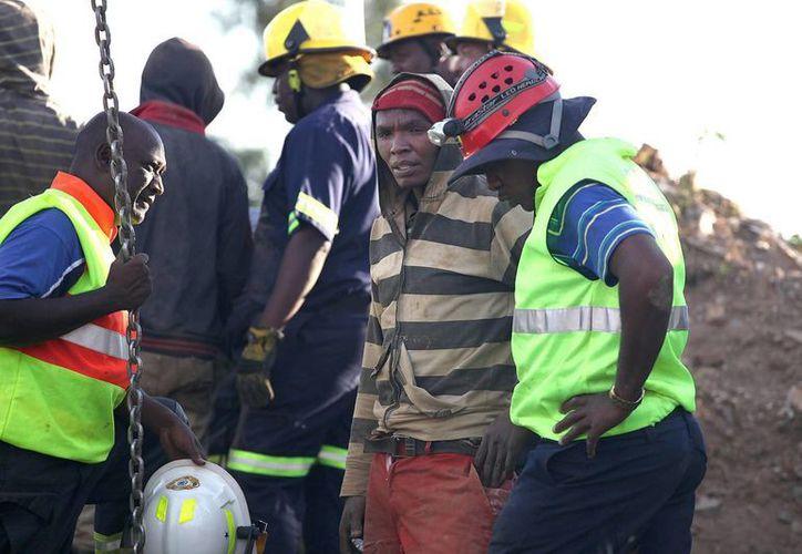 Mineros que trabajaban de forma ilegal continúan atrapados bajo tierra en una antigua mina de oro abandonada al este de Johannesburgo, informaron hoy los equipos de rescate. (EFE)