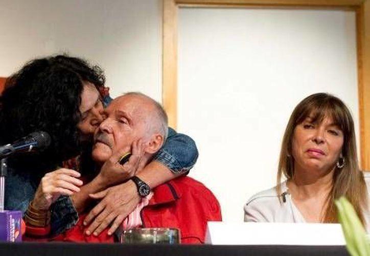 Al final de la conferencia dada por Cuevas se presentó una de sus hijas, pero él la ignoró. (Milenio)