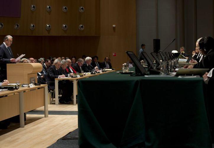 El embajador peruano Allan Wagner (izq) ante la Corte Internacional de Justicia de La Haya, durante el juicio entre Chile y Perú sobre límites de los dos países marítimos. (Agencias)