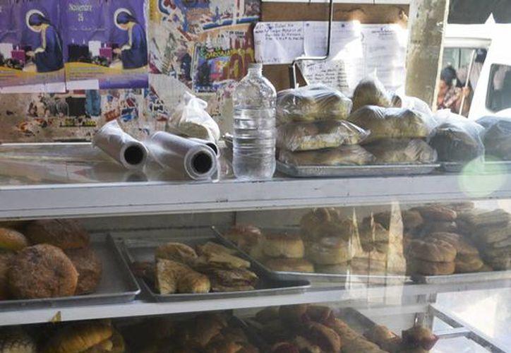Panificadoras de Mérida aseguran que las ventas informales ofrecen productos de menor calidad. Imagen de contexto de un anaquel con diversos panes, en un establecimiento del centro de Mérida. (Milenio Novedades)