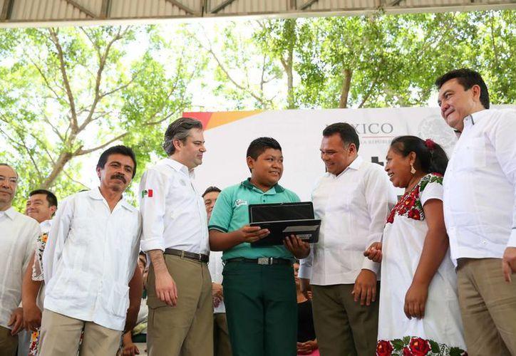 El secretario de Educación Pública, Aurelio Nuño Mayer, junto con el gobernador de Yucatán, Rolando Zapata Bello, realizaron la entrega de computadoras a estudiantes de bachillerato. (Fotos cortesía del Gobierno estatal)