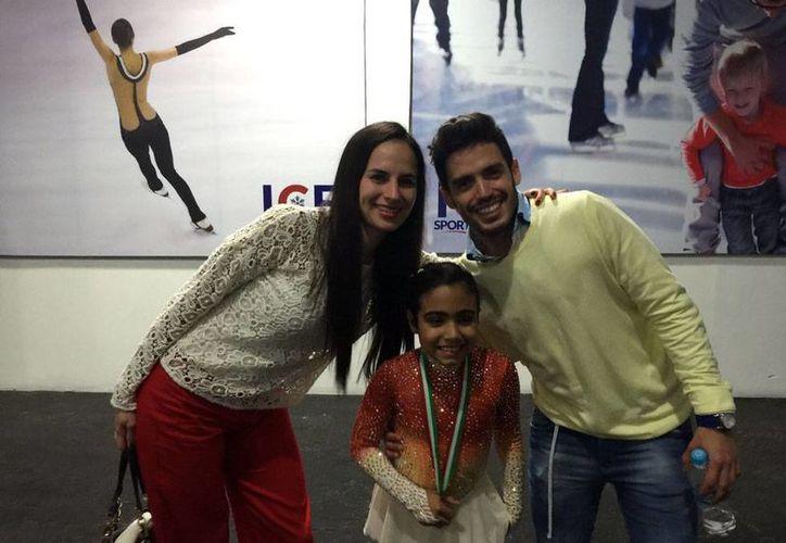 Renata Acosta (centro) brilló en su actuación sobre la pista de hielo, durante el patinaje artístico del Festival Olímpico Mexicano. (Milenio Novedades)