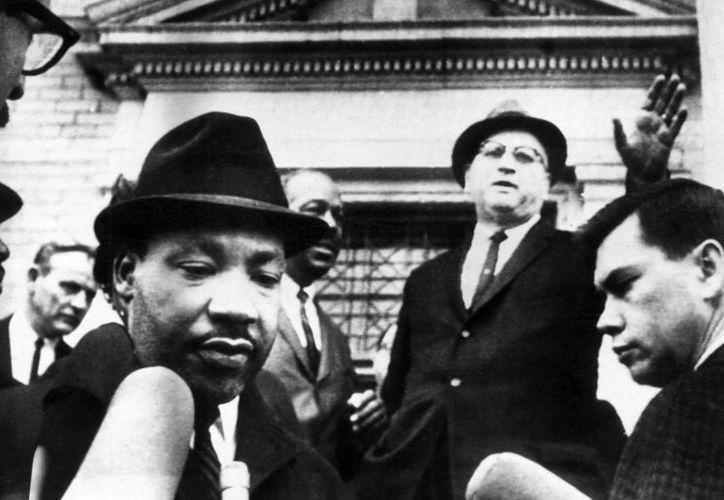 El reverendo Martin Luther King realiza unas declaraciones a los medios de comunicación tras salir de prisión. (EFE/Archivo)