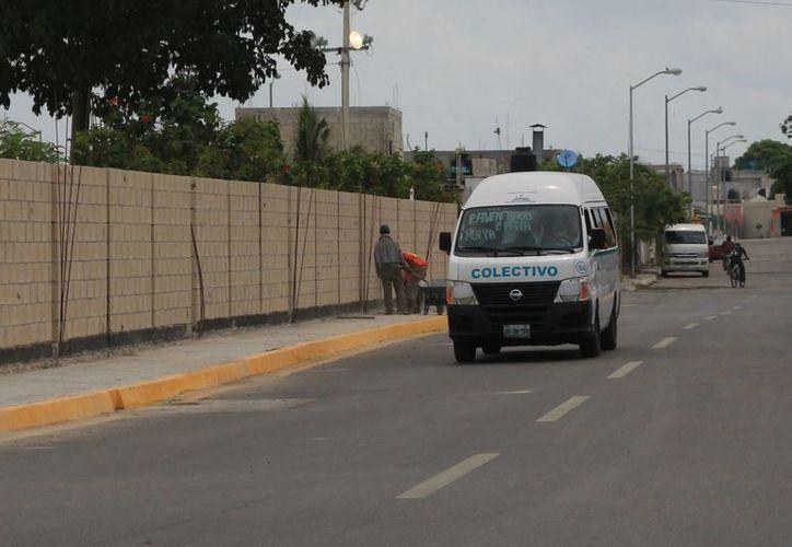 Las combis colectivas que dan servicio en Puerto Aventuras resultan insuficientes para cubrir la demanda de este servicio. (Adrián Barreto/SIPSE)