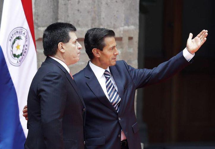 Peña Nieto y Horacio Cartes sostuvieron reuniones privadas acompañados con sus respectivas comitivas. (AP/Rebecca Blackwel)