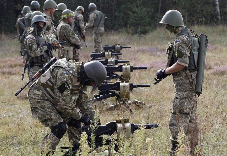 Soldados ucranianos participan en un ejercicio en un centro de adiestramiento militar en las afueras de Zhytomyr, al oeste de Kiev, Ucrania. (Agencias)