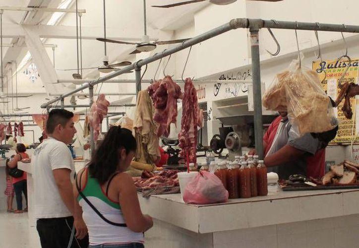 Falta de limpieza, equipo de trabajo y mala disposición de la basura son los principales problemas de la venta de carne en mercados. (Archivo/SIPSE)