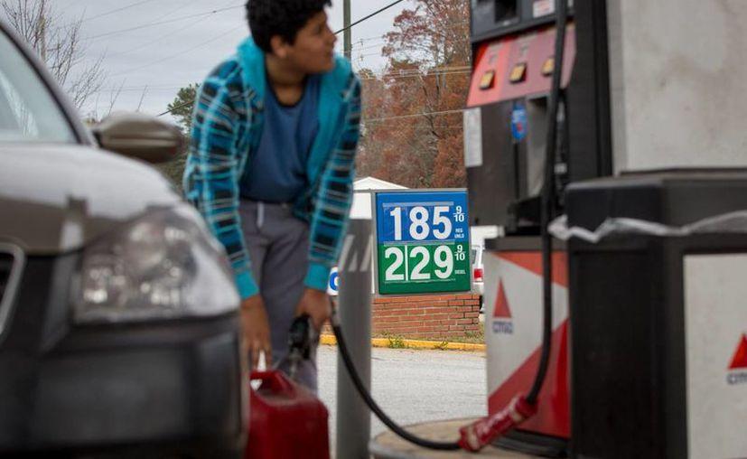 Precios más bajos de petróleo están ocasionando precios más bajos de gasolina, diesel, combustible de avión y para calefacción, otorgando a automovilistas, empresas de transporte de carga y muchos negocios un enorme respiro en cuanto a costos de combustible. (Agencias)