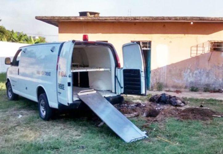 Imagen de un vehículo oficial en el lugar donde está la fosa clandestina en el rancho La Lima, en Villahermosa. (Excelsior)