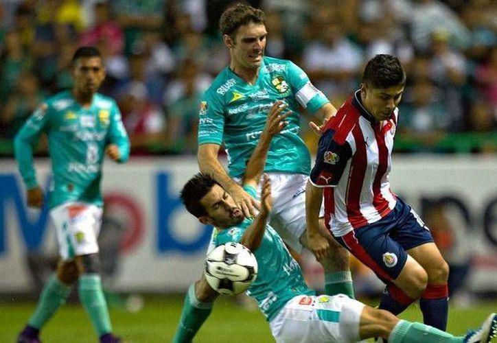 Las Chivas no aprovecharon la ventaja numérica y dejaron escapar dos puntos frente al León. (Imagen de IMAGO7)