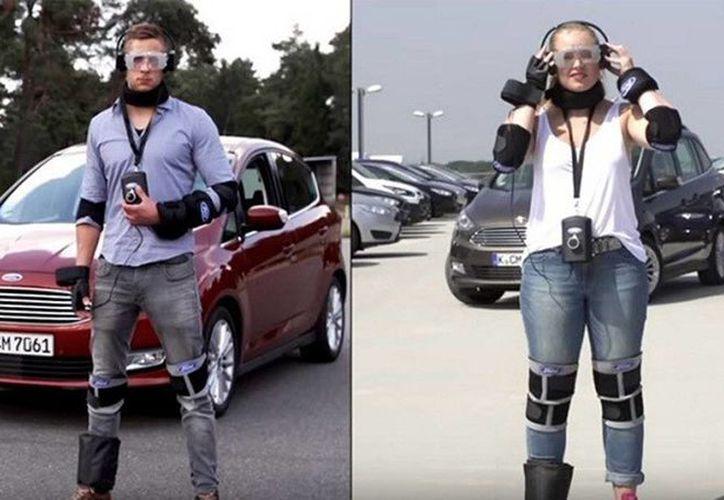 Los jóvenes conductores prueben con el traje antidrogas cómo se conduce bajo los efectos semejantes a los producidos por la cocaína, la heroína o el cannabis. (RT)