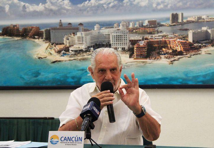 Carlos Gosselin Maurel, presidente de los hoteleros, durante una entrevista. (Luis Soto/SIPSE)