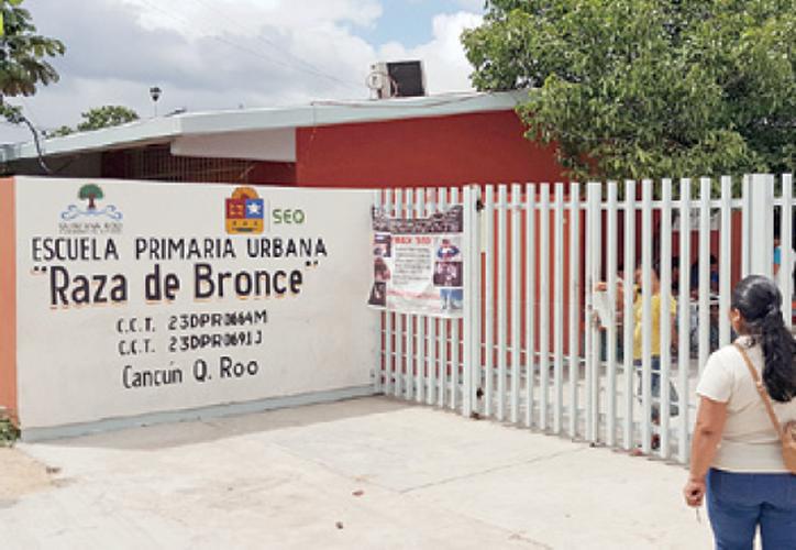 """La tarde de ayer, alumnos de la escuela """"Raza de Bronce"""" que también estaban sin el material literario, recibieron los libros. (Jesús Tijerina/SIPSE)"""