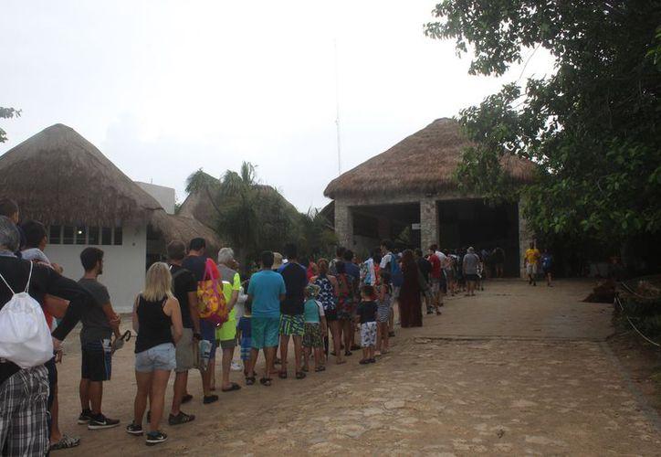 La entrada de turistas a la zona arqueológica incrementó por momentos. (Sara Cauich/SIPSE)