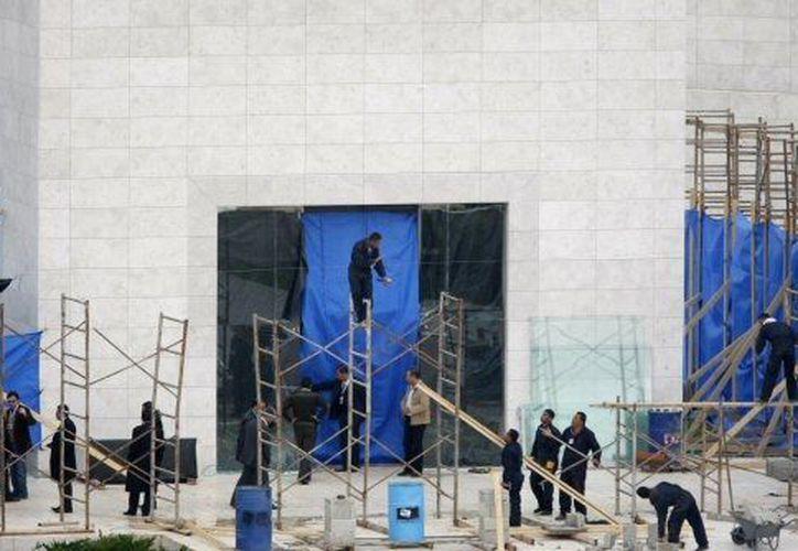 Obreros palestinos realizando obras en el mausoleo de Arafat, en Cisjordania. (Agencias)