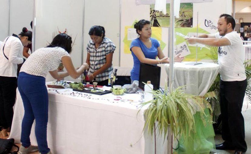 IYEM y la  Secretaría de la Juventud lanzaron ayer dos convocatorias para la entrega de apoyos económicos que consoliden empresas juveniles. Imagen de contexto de un stand de jóvenes emprendedores. (Archivo/SIPSE)