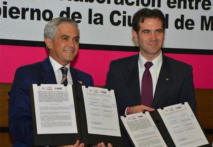 El jefe de Gobierno del Distrito Federal, Miguel Ángel Mancera (i) y el presidente del Instituto Nacional Electoral, Lorenzo Córdova, firmaron un convenio que permitirá verificar en tiempo real los datos de la credencial de elector. (Foto GDF)