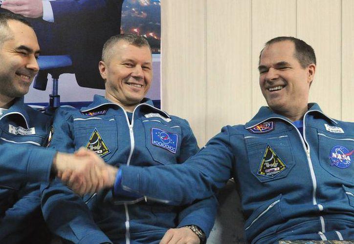 Novitskiy, Tarelkin y Ford, estuvieron al frente de la estación orbital desde octubre pasado. (Agencias)