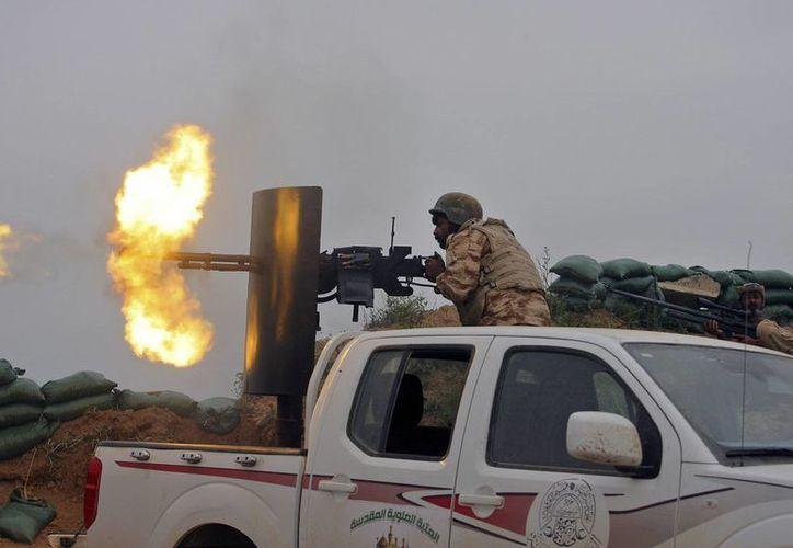 Fuerzas de seguridad iraquíes y la fuerza aliada Movilización Popular combaten contra rebeldes afuera de la ciudad de Kirkuk, Irak, el pasado 10 de abril. EU anunció este lunes que reforzará su presencia militar en ese país. (Archivo/AP)