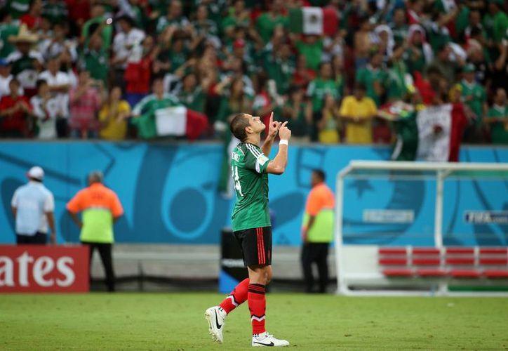'Chicharito' Hernández da gracias al cielo tras anotar el 3-0 para México ante Croacia. Al final los balcánicos metieron un gol. (Notimex/Foto de archivo)