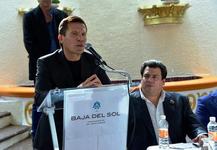 El exboxeador Julio César Chávez volverá a subir al ring, en combate de exhibición. En la foto, durante la apertura de una clínica contra las adcciones. (Archivo/Notimex)