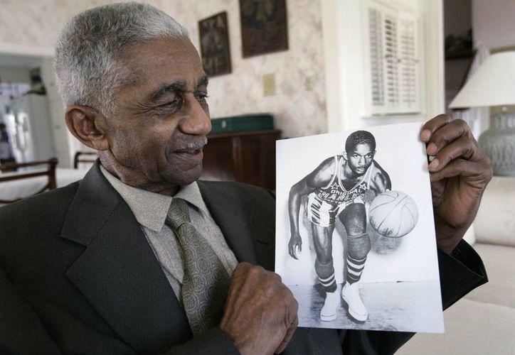 Marques Haynes, integrante de los Harlem Globetrotters, muestra en 2008 una foto de sí correspondiente a 1951. Falleció este viernes. (Foto: AP)