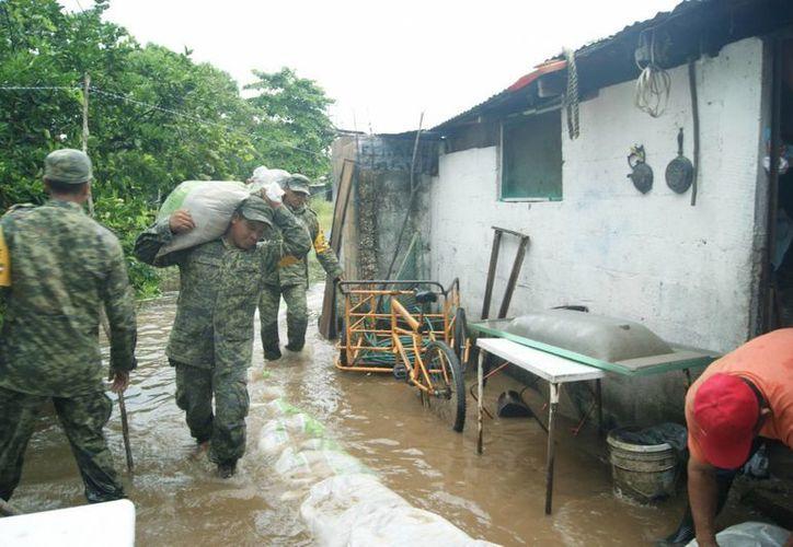 En las comunidades del municipio de Villa de Comaltitlán, Chiapas, se instalaron cocinas comunitarias para brindar apoyo a los damnificados por el desbordamiento de dos ríos. (Notimex/Foto de contexto)