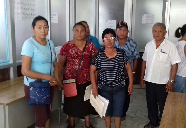 Miembros del comité vecinal se presentaron en las oficinas de los concejales a entregar solicitudes y recabar sus firmas. (Jesús Caamal/SIPSE)