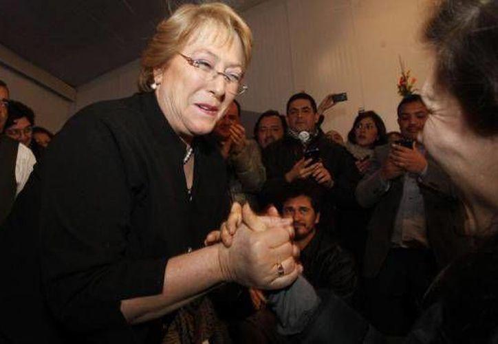 Michelle Bachelet se confronta con quien fuera su amiga en la escuela, Evelyn Matthei.(Agencias)