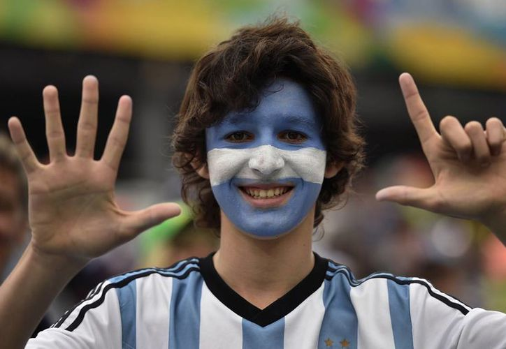 Un simpatizante de la Selección de Argentina celebra la histórica goleada de Alemania sobre Brasil por 7-1 en una de las semifinales. (Foto: AP)