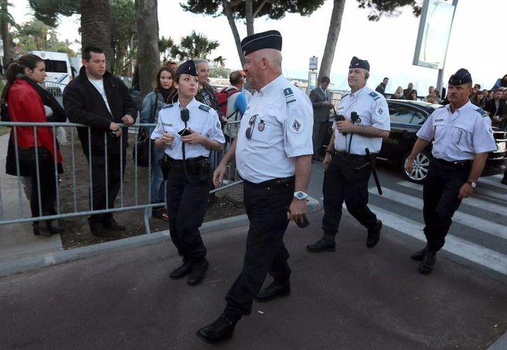 Policías hacen un recorrido en Cannes, donde un desequilibrado puso a temblar a la gente. (EFE)