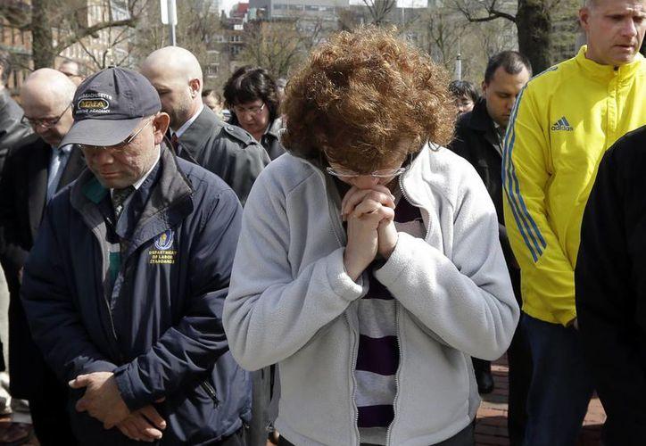 A una semana de las explosiones las personas guardaron un minuto de silencio en honor a las víctimas. (Agencias)