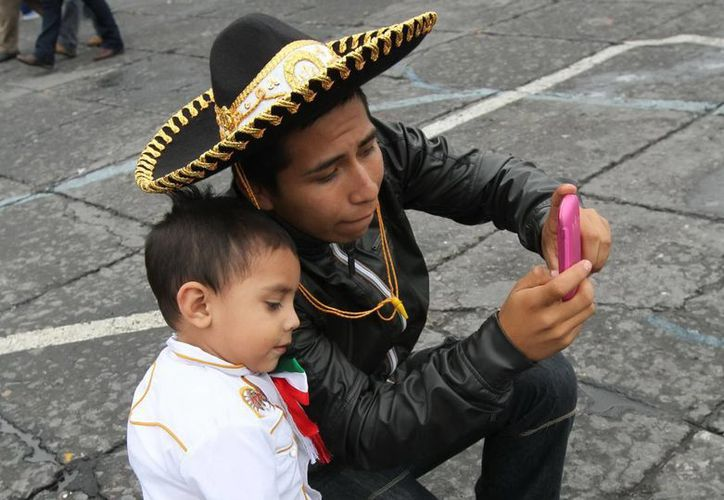 Mucha gente invierte dinero para vestirse de charro en las fiestas patrias. (Notimex)
