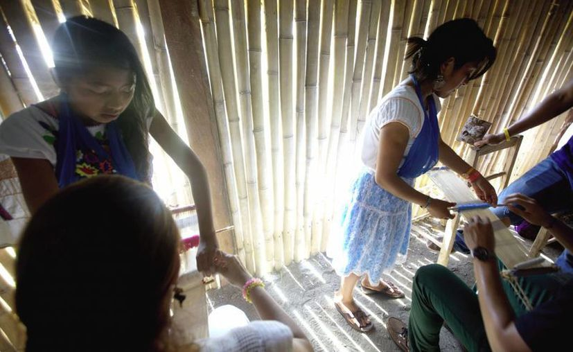 A los alumnos se les transmite la tradición completa desde cómo se selecciona la semilla de algodón hasta como tejer. (Notimex)