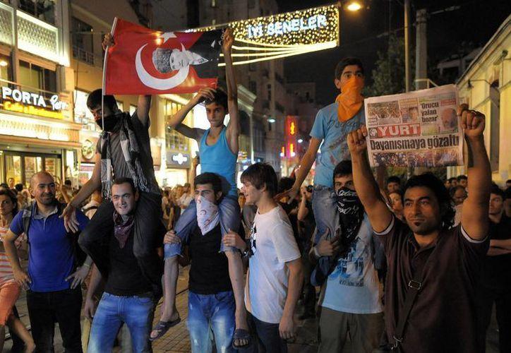 Manifestantes turcos durante una protesta reciente en el marco del primer día del Ramadan en la plaza Taksim, en Estambul. (EFE)
