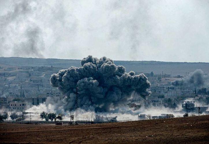 Los bombardeos de la coalición internacional, encabezada por EU, en Kobani, Siria, dejaron más de 20 muertos. La imagen es del ataque del miércoles pasado. (Archivo/Efe)