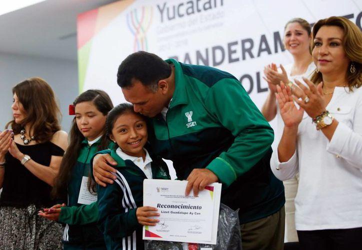 Los niños recibieron del gobernador Rolando Zapata Bello un reconocimiento a su esfuerzo. (Milenio Novedades)