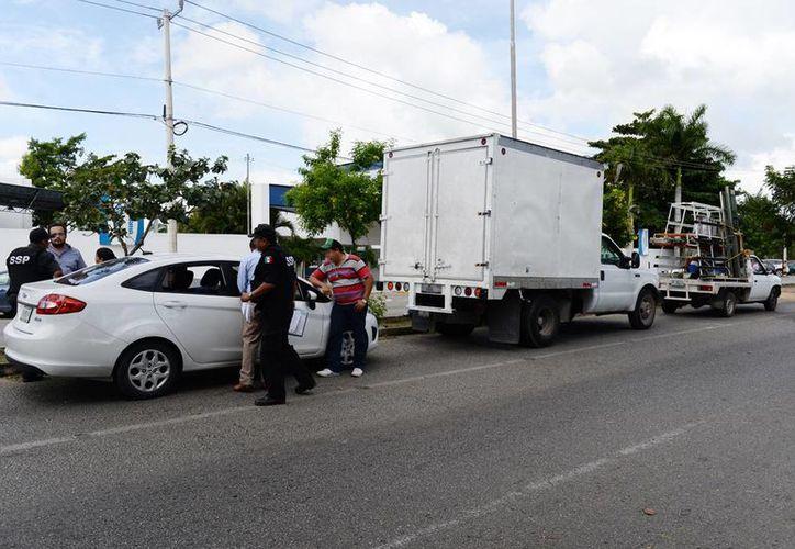 Imagen de una carambola de vehículos en la avenida Yucatán; debido al alboroto uno de los pasajeros aprovechó para robar en una casa cercana. (Milenio Novedades)