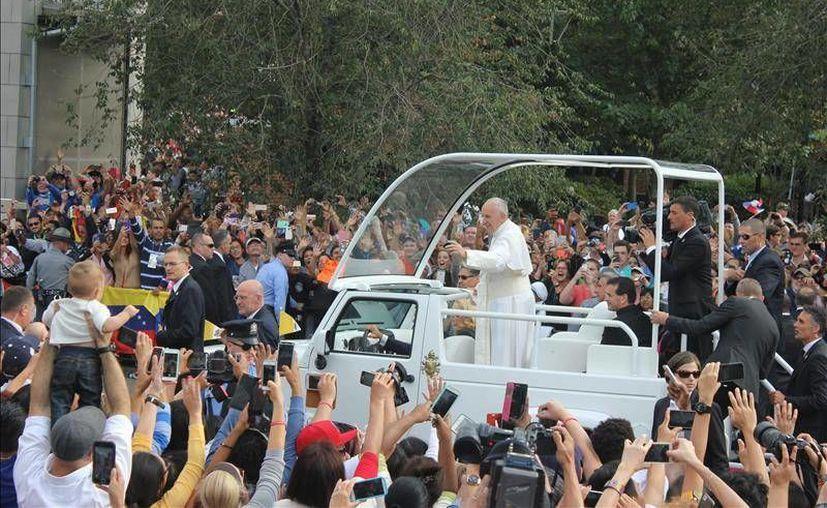 El Papa Francisco saluda en su entrada al Independence Hall de Filadelfia, durante su gira papal en Estados Unidos, la cual concluye este domingo con el 8° Encuentro Mundial de las Familias en el B. Franklin Parkway, en dicha ciudad. (EFE)