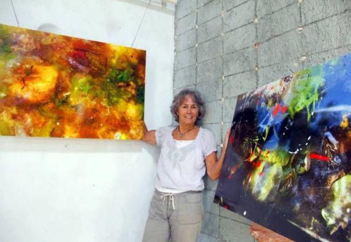 La extinta fotoperiodista Bárbara McClatchie con algunas de sus obras. (Foto: redes sociales)