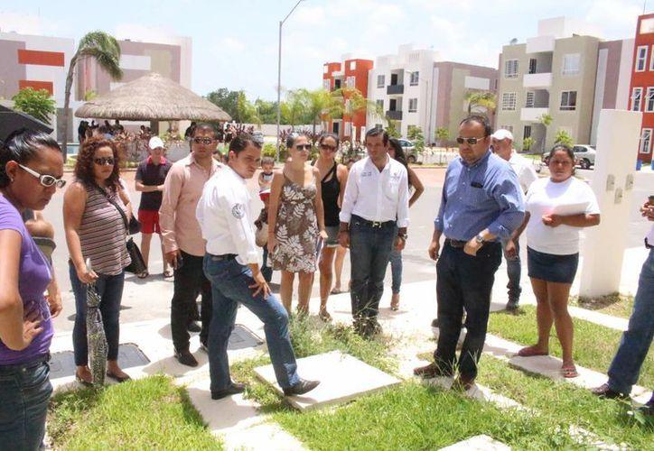 Ayer autoridades municipales, el representante de Casas Ara y propietarios inconformes, realizaron un recorrido en las viviendas de Misión de las Flores que tienen  fallas arquitectónicas. (Luis Ballesteros/SIPSE)